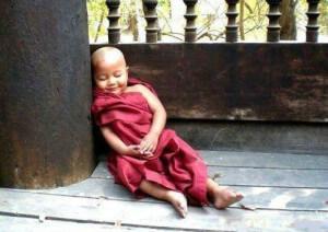 маленький будда заснул и не хочет медитировать