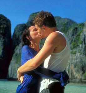 мужчина первым страстно целует девушку на свидании