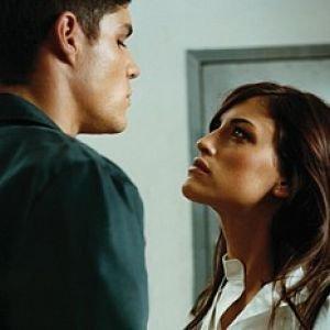 парень и девушка смотрят друг на друга