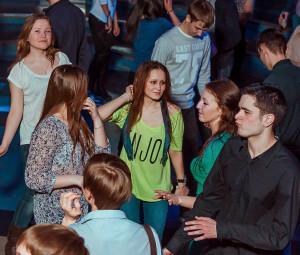 девушка может ходить в клуб, чтобы стать более раскрепощенной
