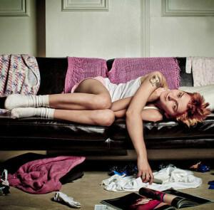 девушка валяется на диване и не может справиться с бездельем