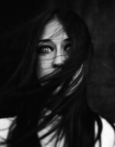 страх в глазах девушки