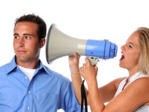 Женщина в упор кричит на мужчину