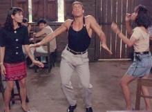 Ван Дамм танцует для себя с девушками в баре