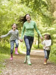мама с детьми решила выйти в лес подышать свежим воздухом
