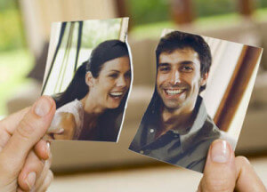 девушка порвала фотографию с бывшим, чтобы забыть любимого человека и стереть из памяти
