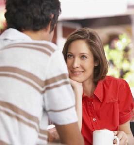 женщина пытается понять, кто сидит перед ней - пикапер или нет