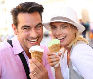 парочка ест любимое мороженое и не сможет забыть его вкус