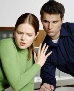 парень не умеет правильно общаться с женщиной