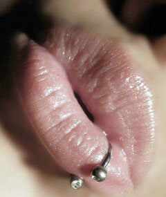 чмокни губами перед тем как целоваться, не нужно их напрягать