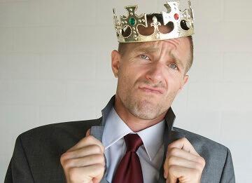 человек с короной на голове и большим чсв