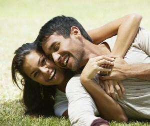 парень с девушкой на траве