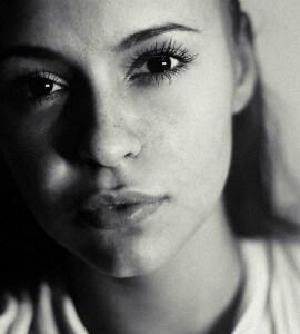 милая и привлекательная женщина, каких не везде увидишь