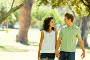 первое свидание и пешая прогулка по парку с девушкой