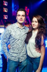 парень знает, как правильно обнимать девушку и знакомиться в клубе