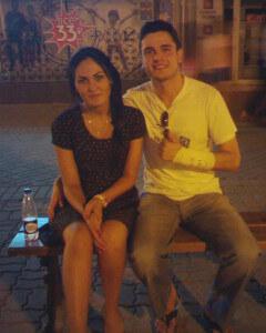 мужчина и женщина сидят на скамейке