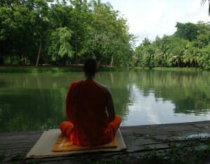 будда вышел из дома и сидит у озера