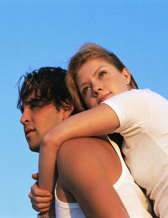 парень и девушка обнимаются друг с другом