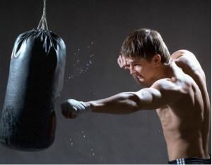 тренировка с грушой и отработка ударов перед дракой