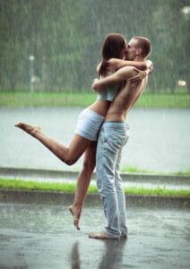 парень целует, обнимает свою девушку и действует конгруэнтно