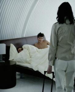 супруг изменяет жене с другой в постели