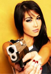 девушка с пистолетом хочет от кого-то избавиться