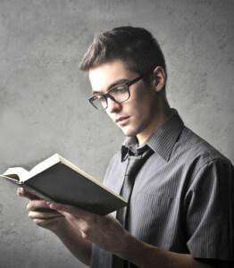парень читает книгу самостоятельно