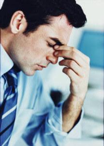 мужчина в раздумьях и не знает как избавиться от мыслей и депрессии