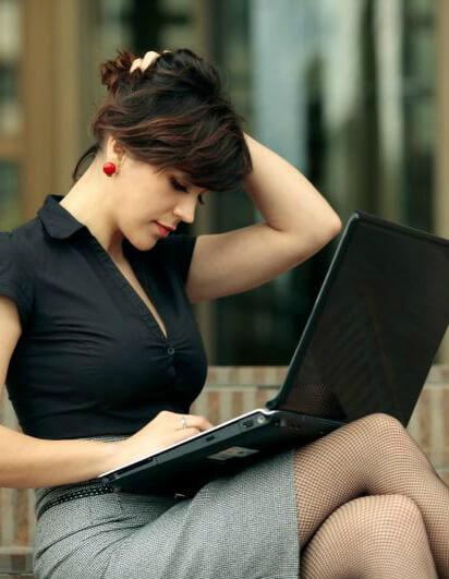 Симпатичная девушка с ноутбуком собирается написать кое-что важное