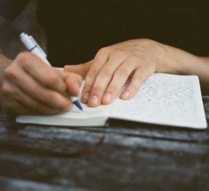 Писать на листе бумаги свою работу