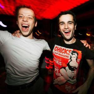два парня веселят себя и умеют отдыхать в клубе