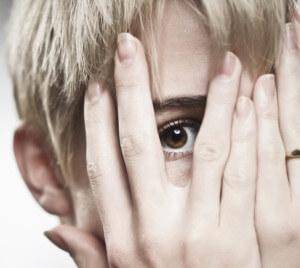 мальчик не может самостоятельно бороться с паническими атаками и закрывает глаза руками