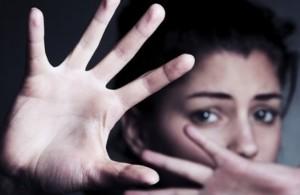 девушка в ужасе прячет лицо