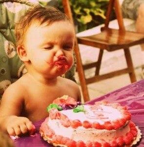 ребенок с аппетитом кушает сладости