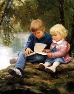 мальчик с девочкой читают книгу на берегу моря