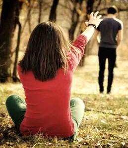 девушка только что рассталась с любимым человеком и не может пережить разрыв