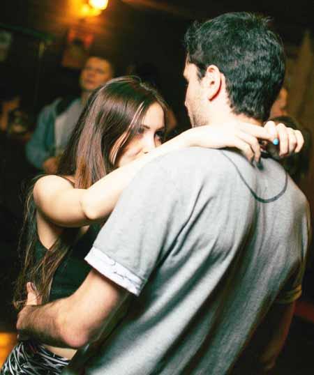 парень с девушкой обнимаются и танцуют
