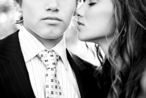 девушка хочет поцеловать парня в щеку