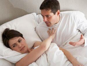 в спальне жена не хочет поворачиваться к мужу по причине того, что есть запах во рту